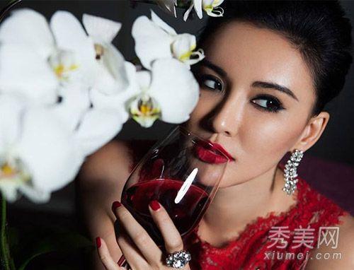 烈焰红唇,搭配高贵气质的盘发发型很显名媛气质,美酒佳人,一颦一笑