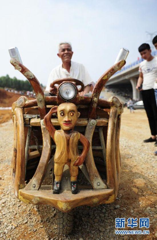 广西/原标题:广西柳州一老人手工打造樟木三轮车