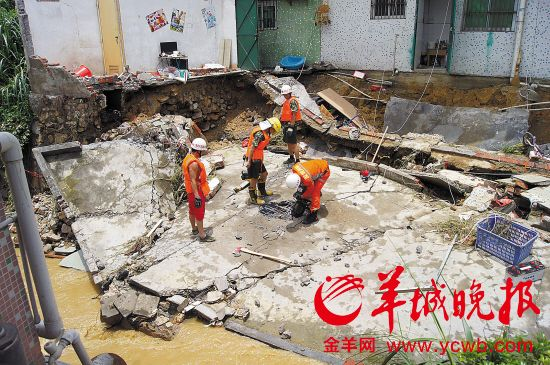 消防人员在清理被冲塌的民房