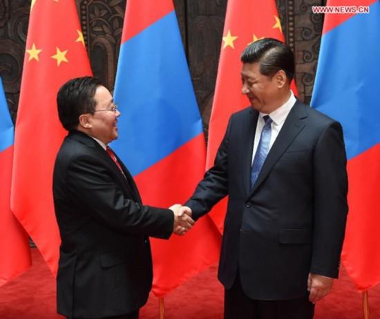 Chinese President Xi Jinping (R) meets with his Mongolian counterpart Tsakhiagiin Elbegdorj in Shanghai, east China, May 19, 2014. (Xinhua/Ma Zhancheng)