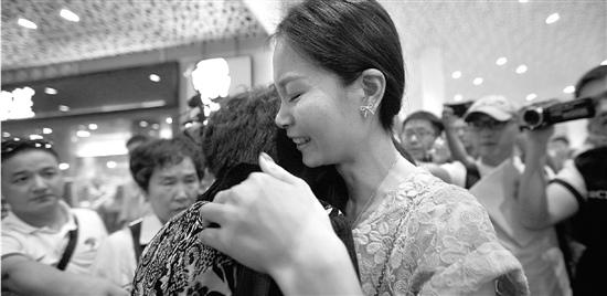 女子被拐25年终与母亲相逢见面样貌高度相似(图)
