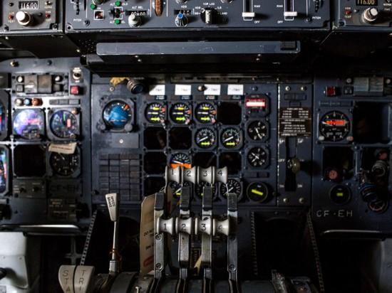 废弃飞机内部的仪表盘.