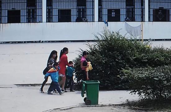 湖北一男子闯入学校_2014年5月20日,湖北麻城市五里墩小学,有一名福建男子闯入学校砍伤