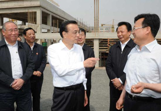 李克强赤峰考察 走上脚手架与农民工交谈