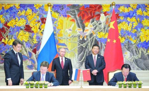 中俄21日在上海签署两国政府东线天然气合作项目备忘录、中俄东线供气购销合同两份能源领域重要合作文件。图为中国国家主席习近平与俄罗斯总统普京共同见证签字仪式。