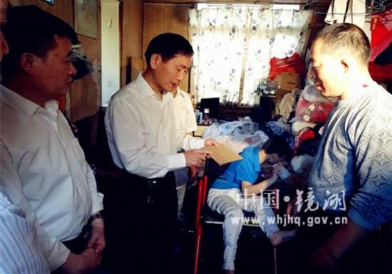 芜湖市政协胡邦明主席走进体育场社区慰问困难