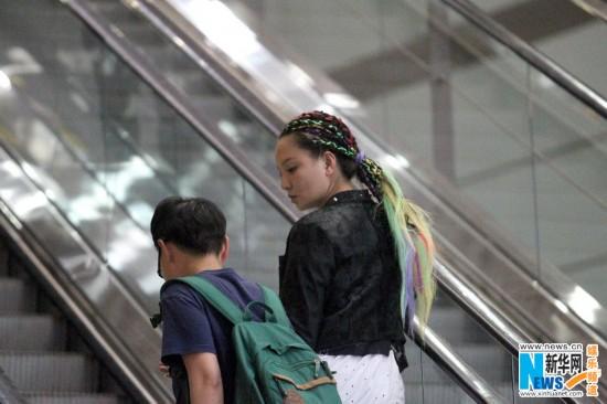 孙茜回京七彩编发造型雷人 甜蜜与老公手机传