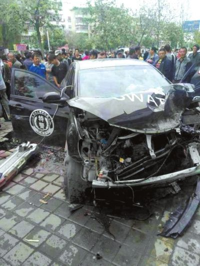 被撞的特警车。读者吴先生供图
