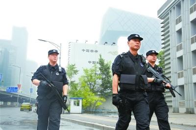 北京/本市执行反恐防控任务的一线特警,近期随身配发的子弹已经增加...