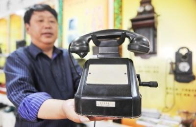 扬州老人收藏500部老电话 含晚清瑞典手摇话机