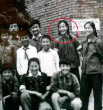 刘晓庆/原标题:刘晓庆13岁绝版照曝光:戴红领巾 编麻花辫