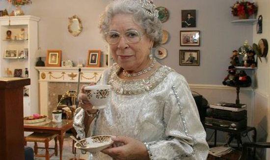 英国妇人靠模仿女王为生40余载终光荣退休(图)