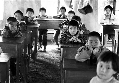 盈江縣卡場鎮新寨小學部分學生在臨時帳篷教室裡上課