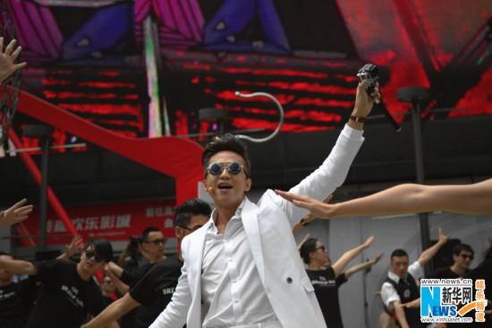 《分手大师》爆教学视频 邓超惊贱街头玩快闪