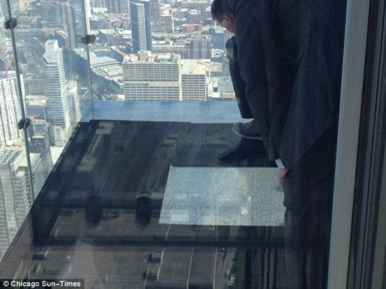 修复处膜过程图-原标题:步步惊心:芝加哥103层玻璃观景台破碎