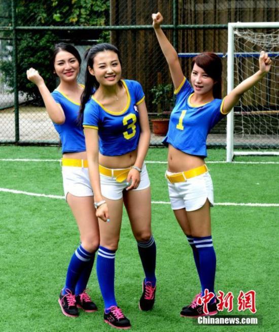 福州上演美女足球赛 为世界杯预热