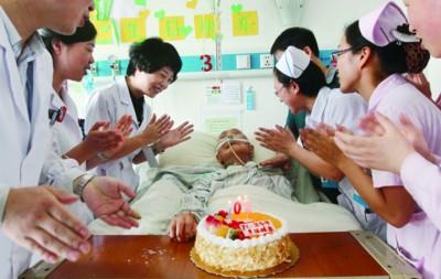 白衣天使祝老人102岁生日快乐(图)