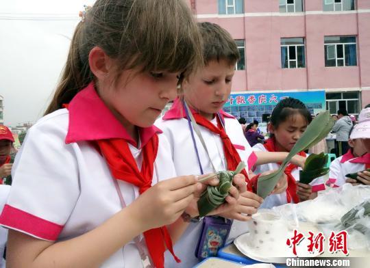 西宁小学生动手包粽子庆六一图片