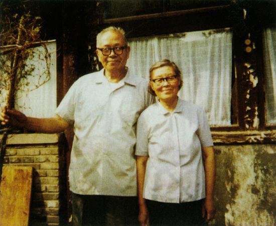 上世纪八十年代,王世襄与老板袁荃猷在芳嘉园北屋前合影