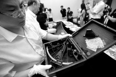 二战时期美国海军使用的六分仪等文物入藏中国人民抗日战争纪念馆。京华时报记者范继文摄