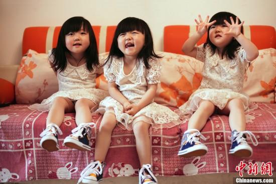 舒的可爱的三胞胎女儿