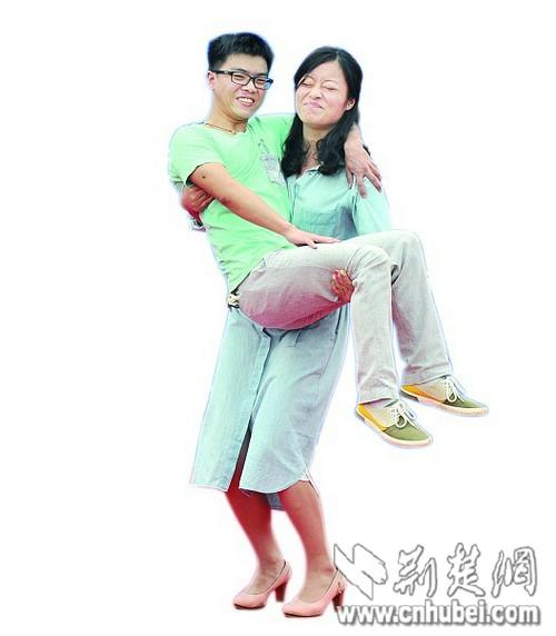 武汉浪漫相亲会 豪爽美女抱起心仪男士图