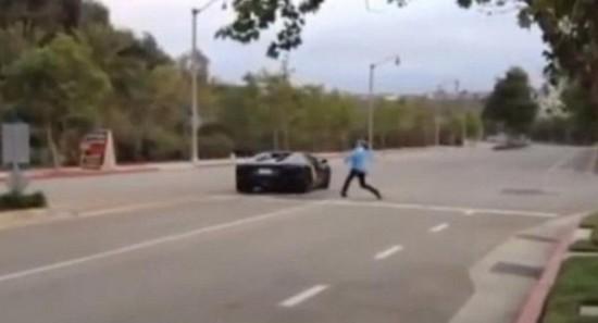 男子无法忍受兰博基尼飙车引擎声以石怒砸车身(2)