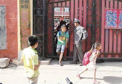 被打少年就读的小学在事发后加强了安保。新京报记者 王叔坤 摄
