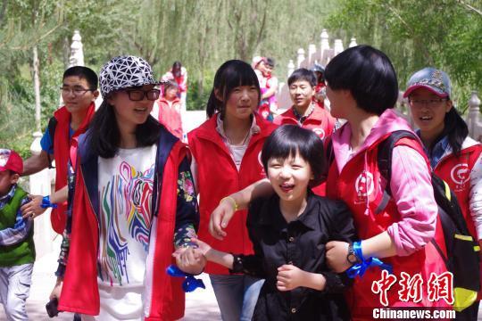 """青海志愿者和自闭症孩子过""""六一"""""""