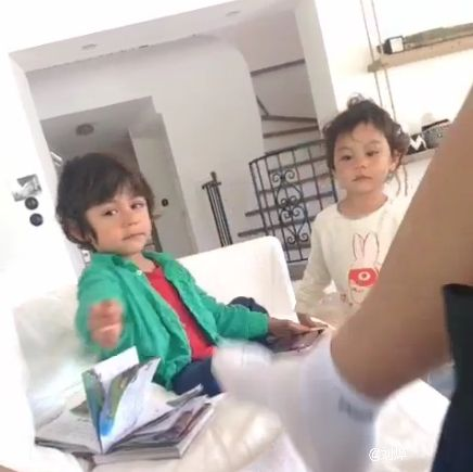 """刘烨将""""臭脚""""伸向了两个无辜的孩子……"""