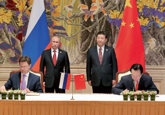 5月21日,中国国家主席习近平和俄罗斯总统普京在上海共同见证中俄两国政府《中俄东线天然气合作项目备忘录》、中国石油天然气集团公司和俄罗斯天然气工业股份公司《中俄东线供气购销合同》的签署。 新华社