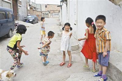 奶西村内几名孩子正在玩耍。由于父母忙于生计,子女在校外的监管成为空白。新京报记者 周岗峰 摄