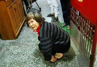 对邻居家门摇屁股55次台中妇人被判罚3万台币