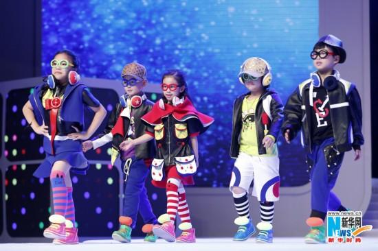 6月1日,小模特在决赛现场展示参赛作品。当日,以童谣为主题第2届中国 织里全国童装设计大赛决赛暨颁奖典礼在浙江湖州市举行。该大赛共收到参赛作品1154份,经过初评,23份作品进入大赛决赛,结果,来自天津科技大学的李璇获得金奖。