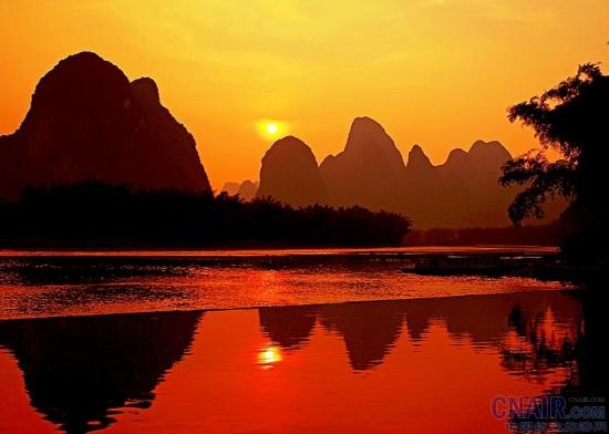 遇龙河颇具神秘色彩,电影《印象刘三姐》的拍摄地大榕树景区散发着