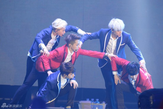 EXO香港演唱会直击 成员嗨唱粉丝尖叫 组图