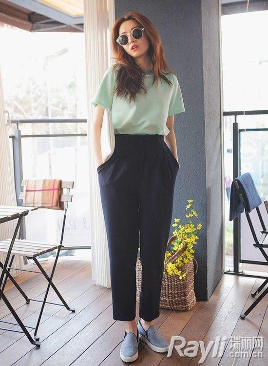 时尚薄荷绿t恤搭配深蓝色阔腿裤