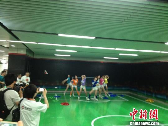 """杭州地铁首开世界杯专列乘客赞""""像在球场""""(图)"""