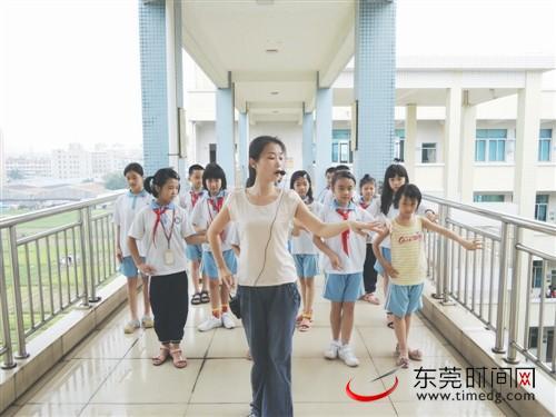 专职老师在给曲艺班学生上课 中堂供图