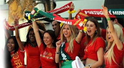 美女球迷为葡萄牙球队送行