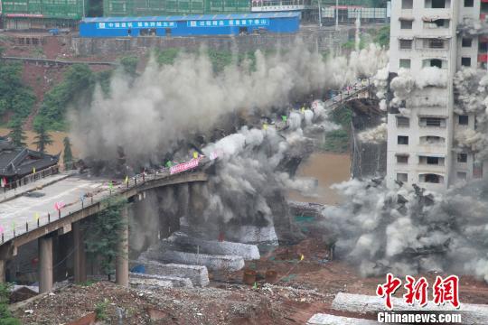 贵州仁怀茅台大桥及钟楼定向爆破拆除成功(图)