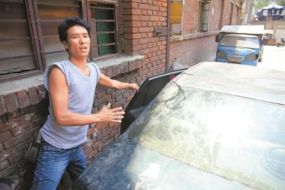 姐弟俩就在这辆停放约3年的报废车内被发现。