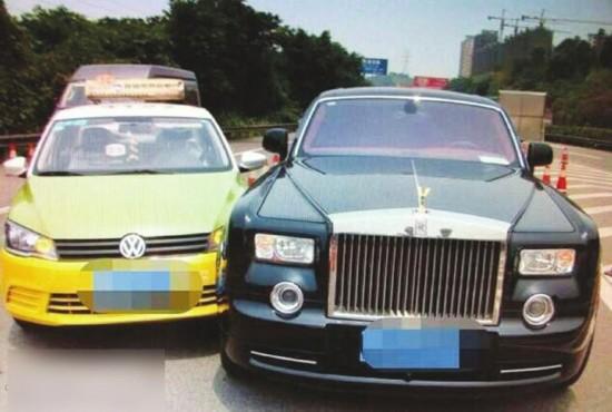"""宜宾一出租车违规变道""""亲""""价值千万劳斯莱斯幻影"""