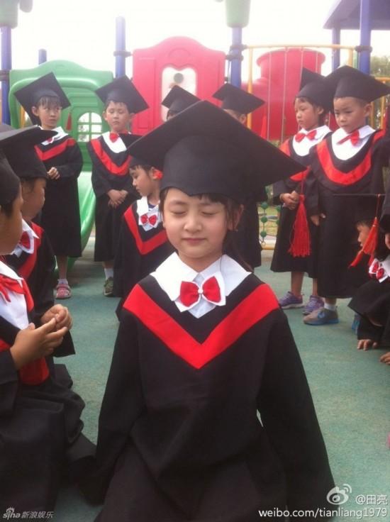 森碟幼儿园毕业穿小小学士服有模有样
