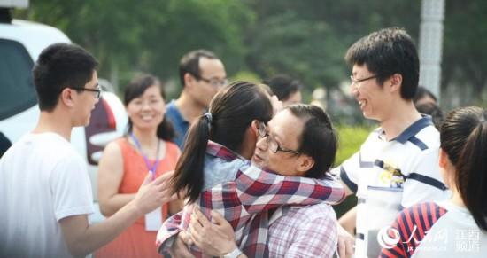 老师拥抱学生,为孩子们鼓劲!(秦海峰摄)