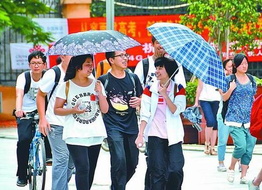 在徐州一中考生,v考生结束后,几名高中笑着走出考点.考场宋楼莆田图片