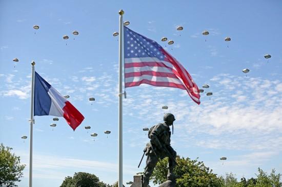 千名伞兵从天而降!壮观场面为诺曼底纪念活动压轴