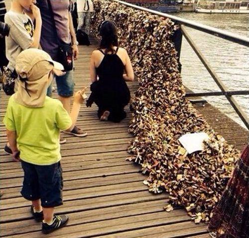 """微博网友""""@法国人nanoF""""上传的爱情桥""""垮塌""""照片。"""