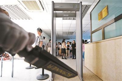 北京高考阅卷现场首现武警巡逻