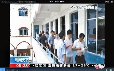 被解救的王林华衬衣被汽油浸湿(视频截图)
